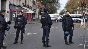 Des CRS montent la garde devant le Bataclan, samedi 14 novembre, boulevard Voltaire, à Paris.