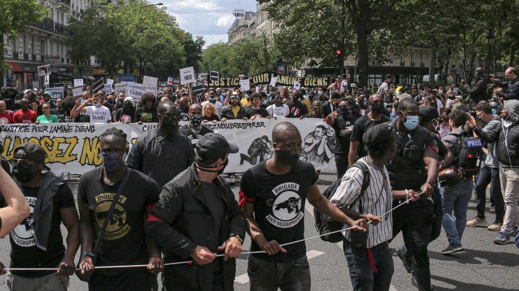 La gente marcha durante una protesta en París, el sábado 20 de junio de 2020.