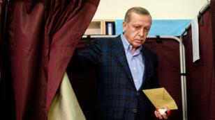 Le président turc Recep Tayyip Erdogan lors du vote pour les élections législatives dans un bureau d'Istanbul en Turquie, le 1er novembre 2015.