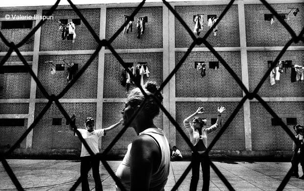 Lima, Pérou, décembre 2006. Détenues dansant dans la cour de la prison.