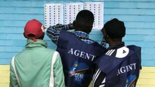 La Comisión Nacional Electoral Independiente prepara un puesto de votación en Kinshasa, RD Congo. 30 de diciembre de 2018.