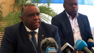 Jean-Pierre Bemba (izquierda) no viajó a La Haya para confirmar la sentencia a la que fue sometido por sobornar testigos durante un juicio en su contra.