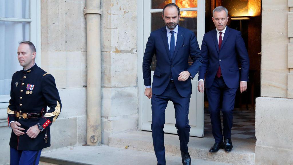 El primer ministro francés, Edouard Philippe y el ministro de ecología Francois de Rugy, llegan para emitir una declaración después de una reunión con un representante del movimiento 'chalecos amarillos'. Diciembre 2 de 2018.