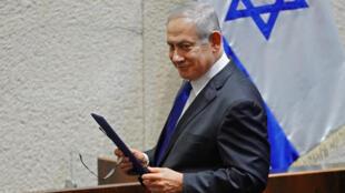 صورة موزعة من البرلمان الإسرائيلي يظهر فيها رئيس الوزراء الإسرائيلي بنيامين نتانياهو خلال جلسة قسم يمين حكومته في 17 أيار/مايو 2020