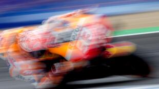 El piloto español Marc Márquez rueda durante la sesión de calentamiento previa al último Gran Premio de España de MotoGP, el 5 de mayo de 2019 en el circuito andaluz de Jerez de la Frontera