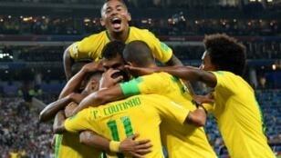 اللاعبون البرازيليون يحتفلون التأهل لثمن النهائي.
