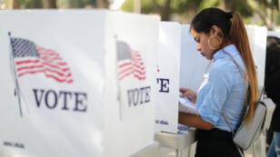 Desteny Martinez, de 18 años, vota por primera vez en las elecciones de medio término para el Congreso y la gobernación de los Estados Unidos en Norwalk, California, Estados Unidos, el 24 de octubre de 2018.