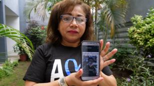 Josefa Meza muestra la imagen de su hijo asesinado, Jonathan Morazan, de 21 años.