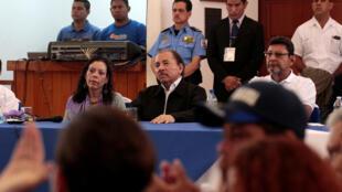 El presidente de Nicaragua Daniel Ortega con la vicepresidenta Rosario Murillo asisten a la primera ronda de diálogos después de una serie de violentas protestas contra su gobierno en Managua, Nicaragua 16 de mayo de 2018.