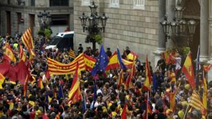 Miles de personas se han manifestado esta tarde por el centro de Barcelona, terminando en la plaza de Sant Jaume, ante la sede de la Generalitat.