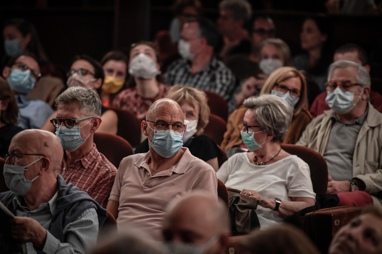 Le public du théâtre Antoine à Paris, le 22 juin 2020, portant un masque.