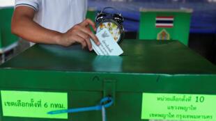 Un tailandés emite su voto en las elecciones generales, en Bangkok, el 24 de marzo de 2019.