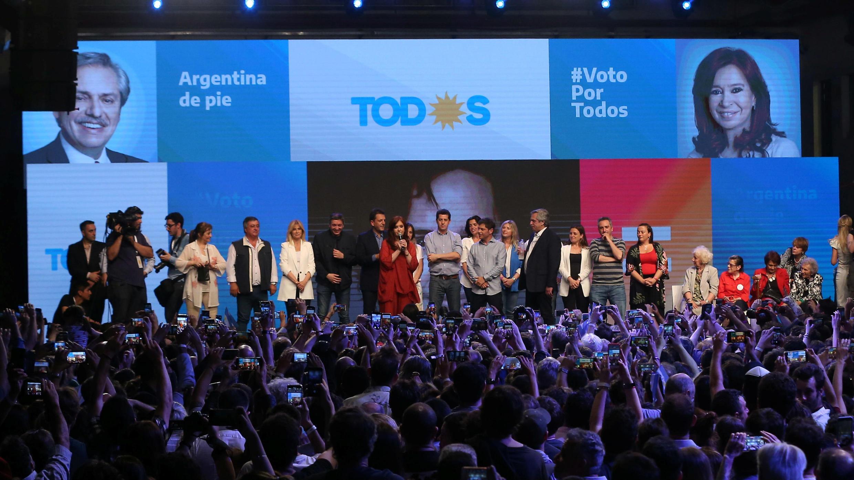 Candidatos del Frente de Todos festejan en el escenario ante cientos de simpatizantes tras ganar las elecciones presidenciales, en Buenos Aires, el 27 de octubre de 2019.