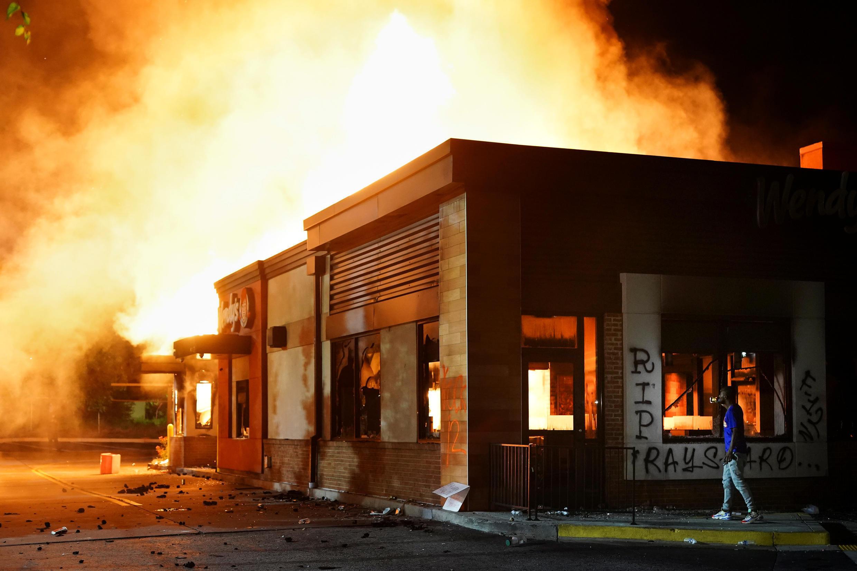 Un restaurant Wendy's a été incendié par des manifestants suite à l'interpellation mortelle de Rayshard Brooks à Atlanta, en Géorgie, le 13 juin 2020.