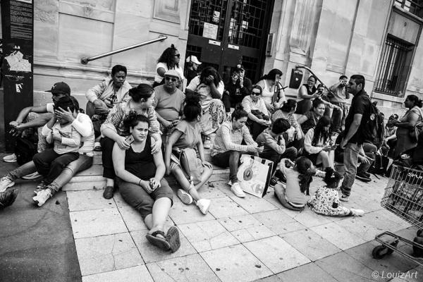 Todos ellos decidieron 'okupar' la edificación abandonada ante la dificultad de encontrar una vivienda o la imposibilidad de pagar los altos alquileres de París.