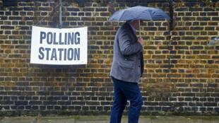 Un homme se rend à bureau de vote, le 23 juin 2016.