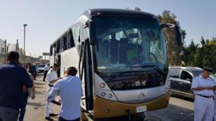 Un bus endommagé à proximité du lieu de l'explosion près des pyramides de Gizeh en Égypte, le 19 mai 2019.