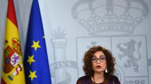 La ministra española María Jesús Montero habla durante una rueda de prensa que dio el 4 de febrero de 2020 en el palacio de la Moncloa, en Madrid