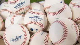 Al menos dos equipos de las Grandes Ligas de béisbol cerraron este viernes sus instalaciones por temor a contagios de coronavirus.