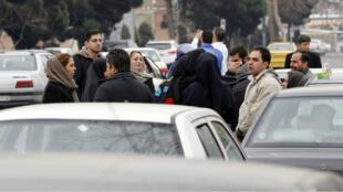 أقرباء ركاب طائرة تابعة لشركة آسمان في 18 شباط/فبراير 2018 قرب مطار مهرآباد في طهران