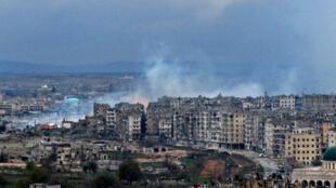 De la fumée s'éleve au-dessus d'un quartier d'Alep-Est après un bombardement, le 14 décembre 2016.