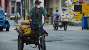 Un hombre se transporta con unos costales de papas para vender en La Habana, el 21 de enero de 2021.