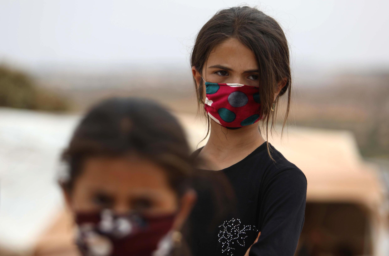 Des enfants syriens dans un camp pour personnes déplacées près de la ville de Maaret Misrin dans la province d'Idleb, au nord-ouest de la Syrie, le 27 juillet 2020.
