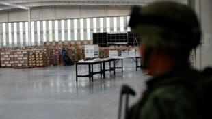 Un soldado vigila un almacén donde se guardan cajas de material electoral para las próximas elecciones presidenciales del 1 de julio en Tepotzotlán, en las afueras de Ciudad de México, el 1 de junio de 2018.