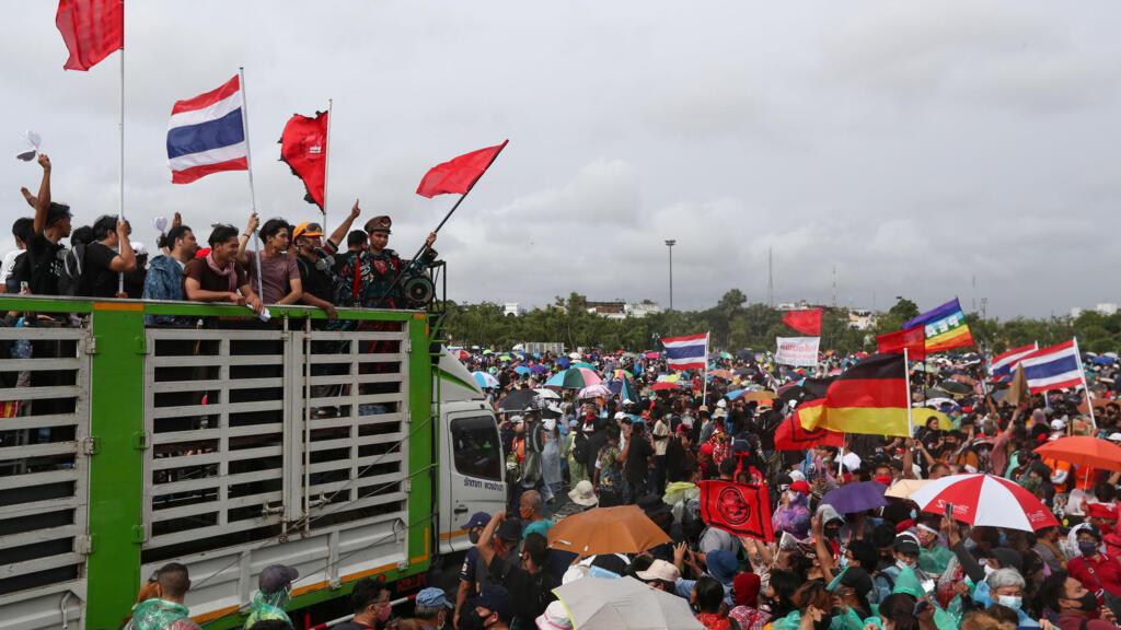 Thaïlande : des milliers de manifestants à Bangkok pour davantage de démocratie