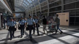 La police de Hong Kong patrouille dans l'aéroport le 22 septembre 2019.