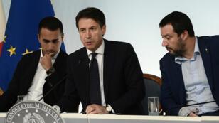 Le Premier ministre italien Giuseppe Conte, le 15 octobre 2018 à Rome, entouré de Luigi Di Maio et Matteo Salvini.