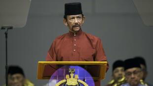 El Sultan Hassanal Bolkiah pronuncia un discurso durante un evento en Bandar Seri Begawan, Brunéi, el 3 de abril de 2019.