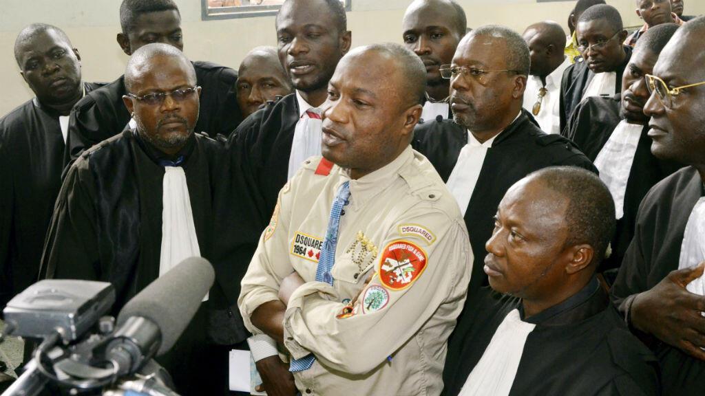 Le chanteur Koffi Olomidé (au centre) au tribunal, en août 2012. Il avait alors été condamné à trois mois de prison avec sursis pour coups et injures envers un producteur.