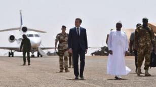 Le président français Emmanuel Macron a été accueilli par son homologue malien avant de rencontrer les soldats français de l'opération Barkhane.