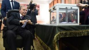الرئيس الجزائري عبد العزيز بوتفليقة يدلي بصوته في الانتخابات التشريعية في 4 ايار/مايو 2017