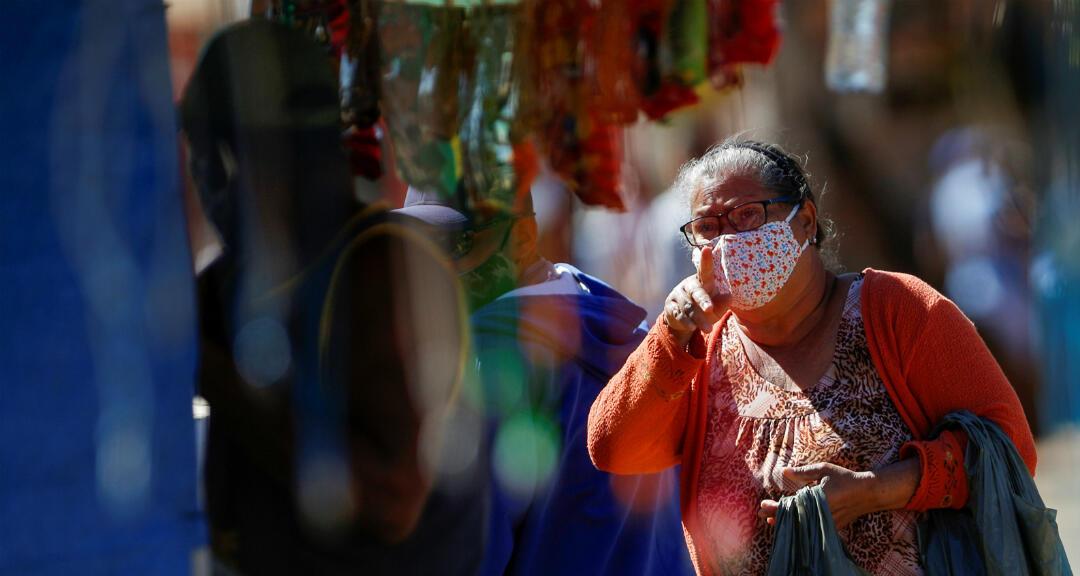 Una mujer usa una mascarilla mientras compra en un mercado del barrio de Ceilandia, en medio del brote de coronavirus en Brasilia, Brasil,  el 7 de julio de 2020.