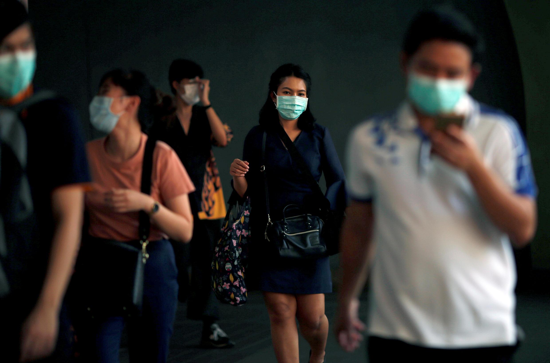 Algunas personas portan tapabocas de protección en Bangkok, el 7 de febrero de 2020.