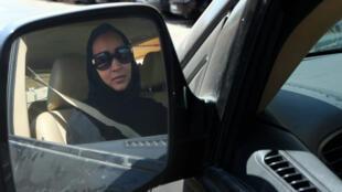 Une militante saoudienne défie l'interdiction de conduire en Arabie Saoudite, en 2013.