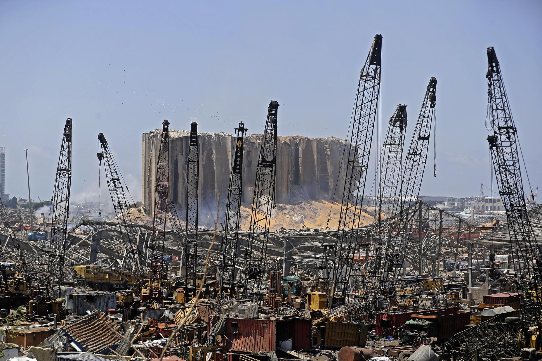 Una imagen muestra la destrucción en el puerto de Beirut el 5 de agosto de 2020 a raíz de una explosión masiva en la capital libanesa.