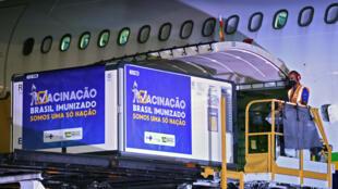 Contenedores con la vacuna de Oxford/AstraZeneca contra el covid-19 se descargan de un avión en el aeropuerto Galeao, en Río de Janeiro, el 22 de enero de 2021
