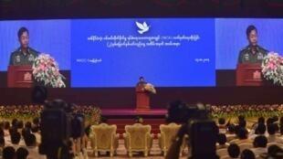 قائد الجيش البورمي الجنرال مين أونغ هلاينغ في حفل في نايبيداو في 15 تشرين الأول/أكتوبر 2017