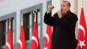 Le président turc Recep Tayyip Erdogan a tancé lundi les observateurs étrangers qui ont mis en doute l'équité du référendum.