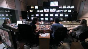 Des employés d'ERT dans une salle de régie, en juin 2013.