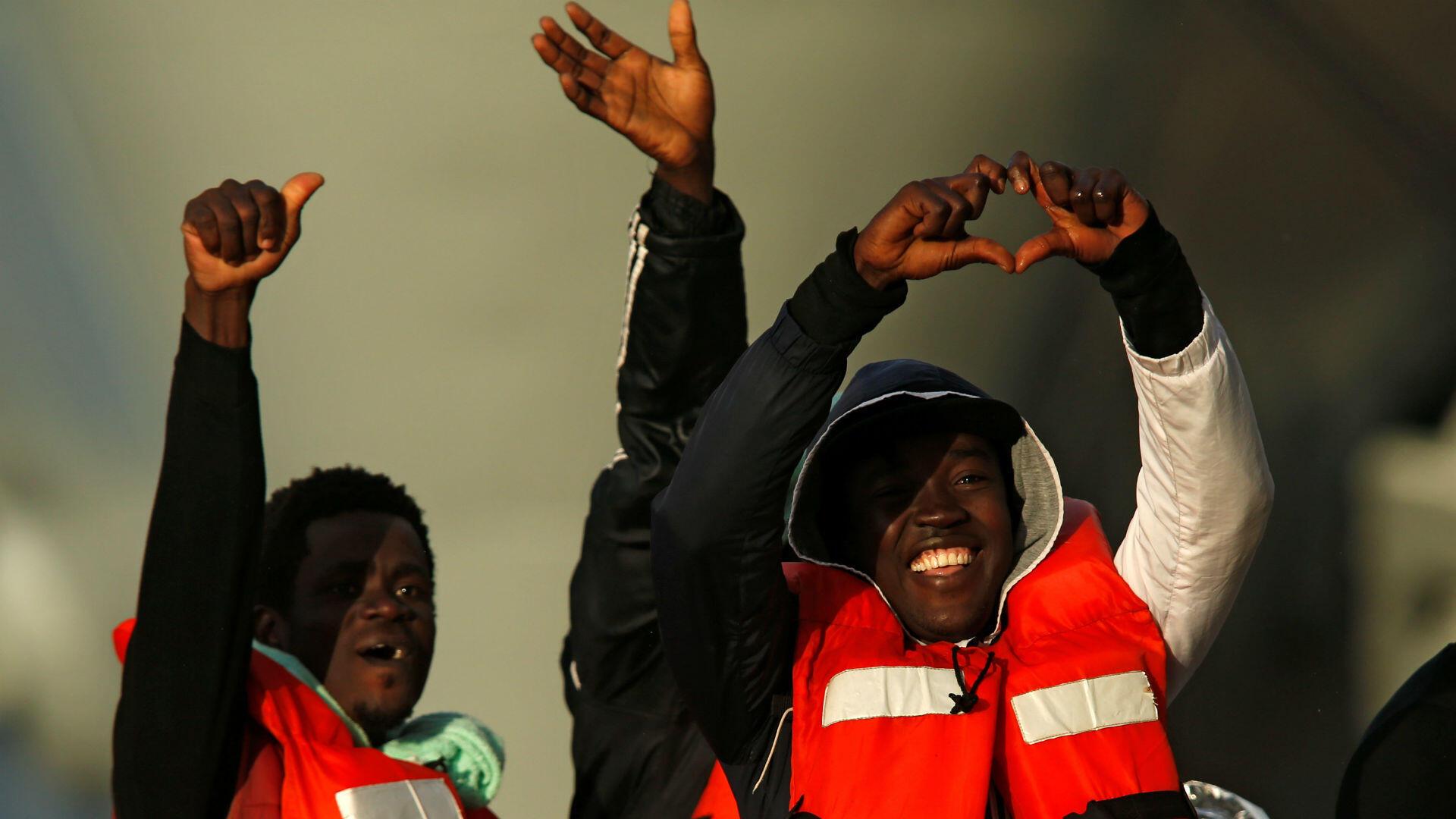 Varios de los migrantes rescatados por Sea-Watch y Sea Eye mientras desembarcaban de un bote de las Fuerzas Armadas de Malta en un puerto en La Valeta, Malta, el 9 de enero de 2019.