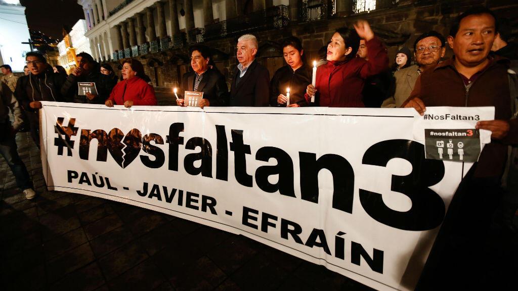 Familiares y grupos de periodistas se concentran frente al Palacio de Gobierno de Quito, Ecuador, el martes 3 de abril de 2018, tras la divulgación del video de los empleados del diario El Comercio secuestrados el 26 de marzo.