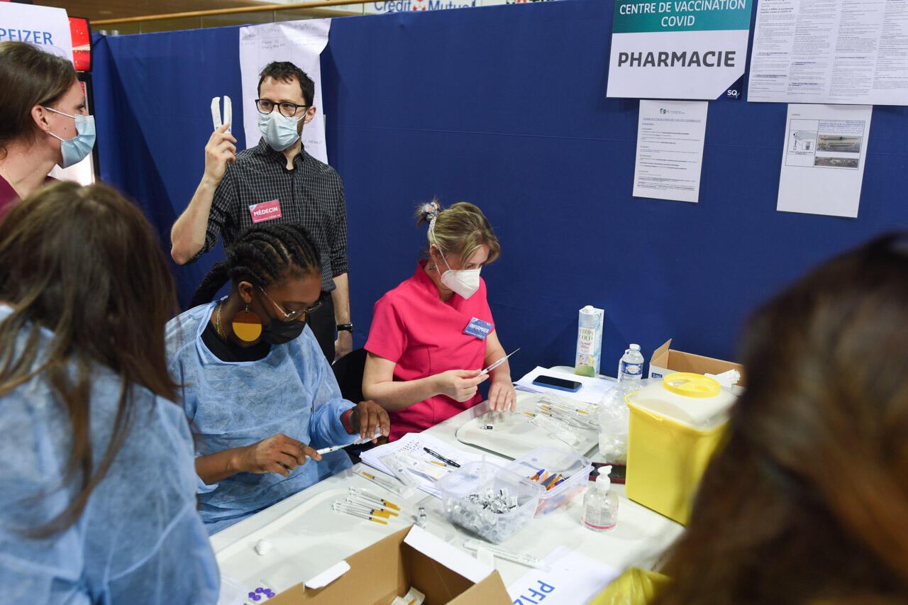 """Le box """"pharmacie"""", où les infirmières préparent les seringues. C'est le centre névralgique du vaccinodrome, où les soignants défilent sans cesse pour récupérer des doses à injecter."""