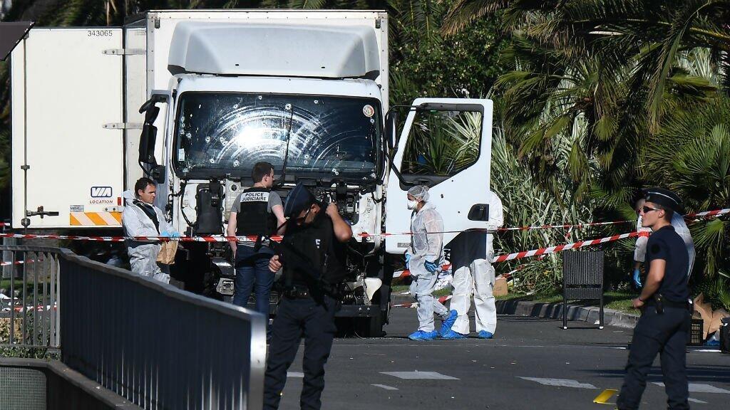 Le camion, criblé de balles, examiné par la police scientifique au lendemain de l'attaque de Mohamed Lahouaiej Bouhlel à Nice.