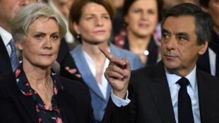 François Fillon et son épouse Penelope lors du meeting organisé à La Villette, le 29 janvier 2017.