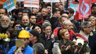 Jean-Luc Mélenchon au milieu de ses partisans, samedi 18 mars, à Paris.