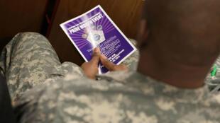 Un militar estadounidense asiste a un evento sobre la comunidad LGBTI en Arlington, Estados Unidos (Imagen de archivo).